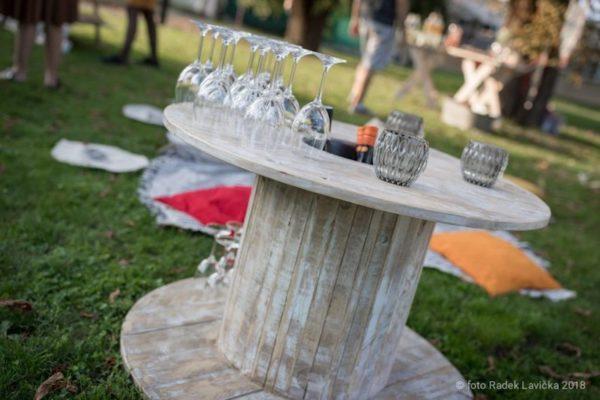 Vintage párty stolek k pronájmu