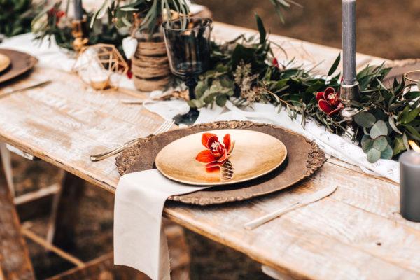 Dřevěný vintage stůl k pronájmu