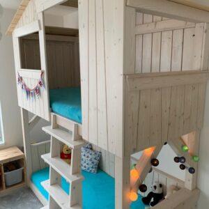 Dětská patrová postel domeček