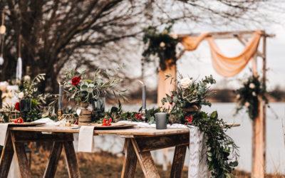 Dřevěný rustikální stůl k pronájmu